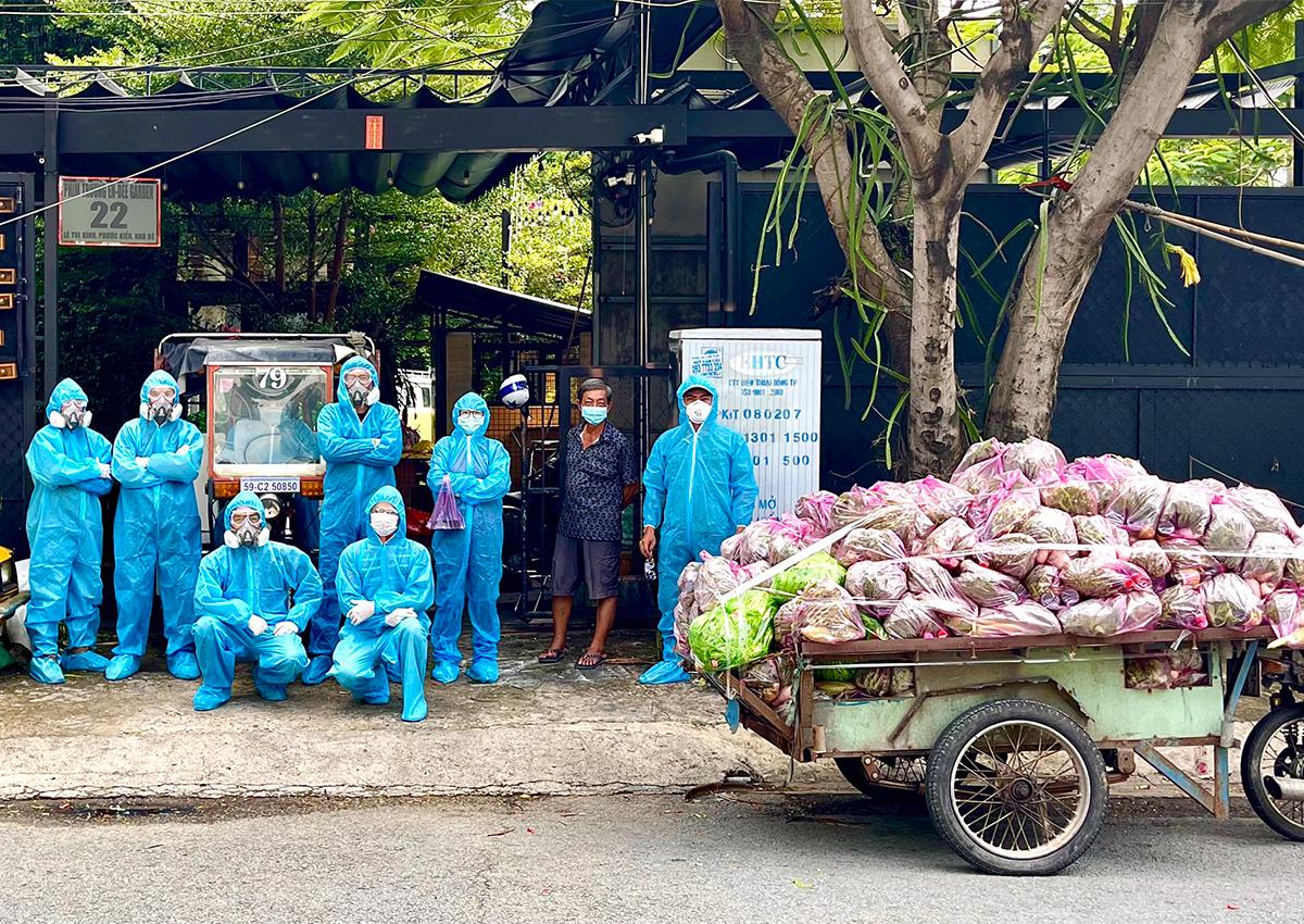 Nhóm tình nguyện của Nguyễn Huỳnh Đức đưa hàng cứu trợ đến các hộ dân nghèo. Ảnh: NVCC.