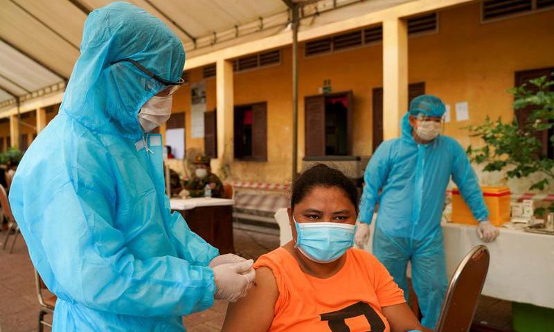 Người dân được tiêm vaccine Covid-19 tại một điểm tiêm chủng ở Phnom Penh, Campuchia, hôm 1/5. Ảnh: Reuters.