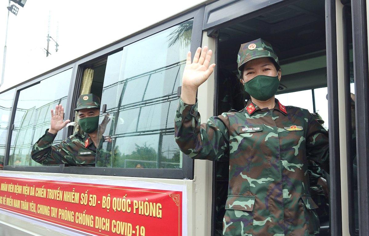 Quân y bệnh viện dã chiến truyền nhiễm số 5B tạm biệt hậu phương, lên đường vào Nam chống dịch. Ảnh: Hiếu Duy