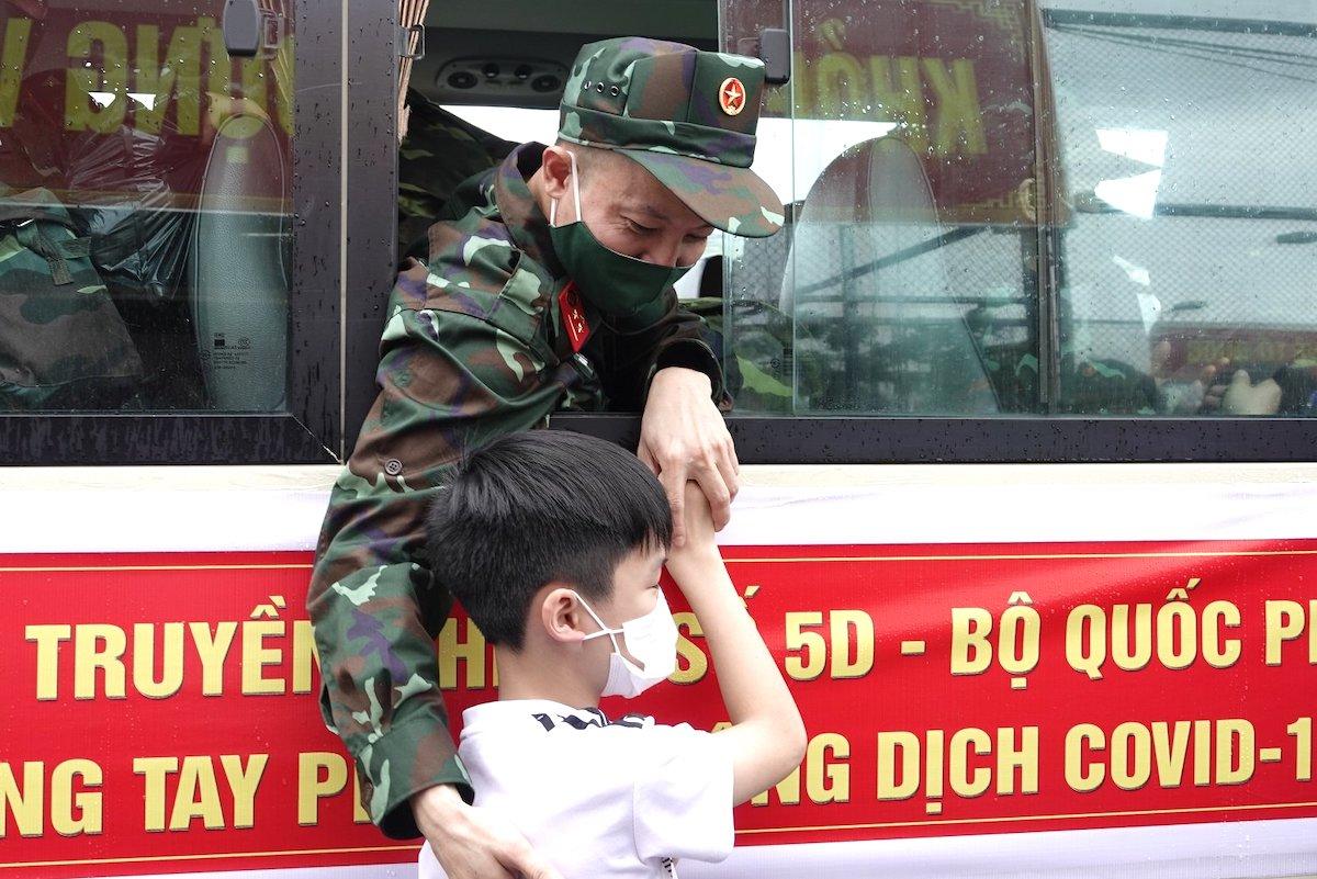 Thượng úy quân nhân chuyên nghiệp Đỗ Văn Cường chia tay, dặn dò con trai thứ hai sinh năm 2011 để lên đường vào Nam chống dịch. Ảnh: Hiếu Duy