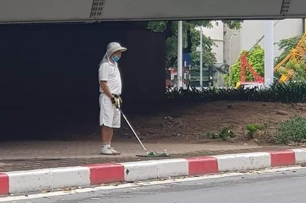 Người đàn ông chơi golf bị chụp lại. Ảnh: Phạm Linh.