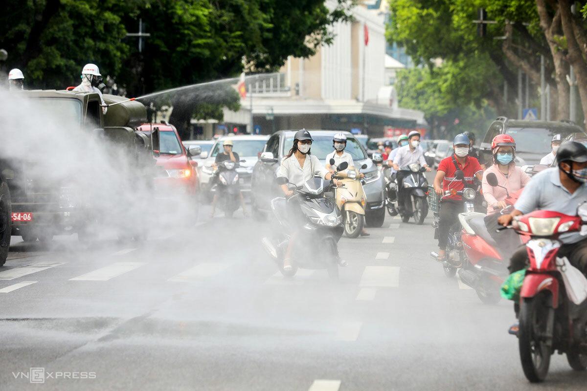 Quân đội phun khử trùng trên đường phố thủ đô hôm 26/7. Ảnh: Giang Huy