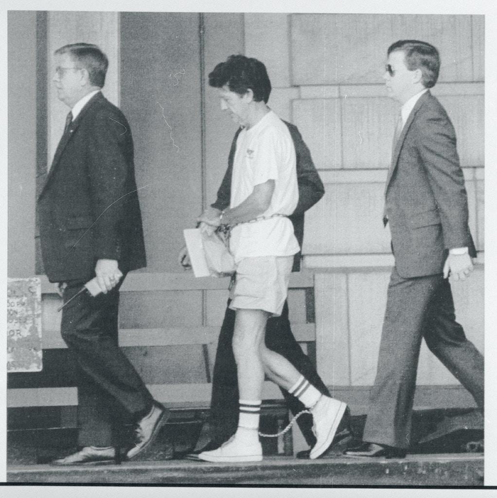 Walter Leroy Moody bị dẫn đến Tòa án Liên bang trong một phiên điều trần vào tháng 7/1990. Ảnh: Bettmann Archive