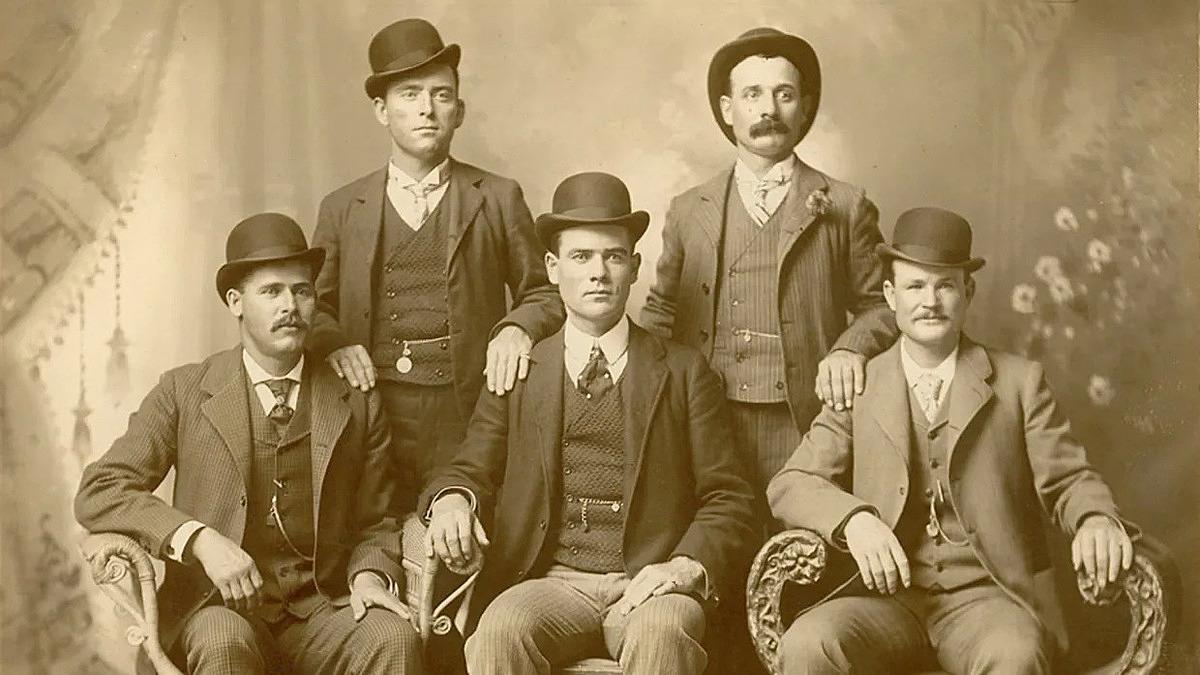 Butch Cassidy (ngồi ngoài cùng bên phải) và các thành viên của Wild Bunch. Ảnh: The Print Collection