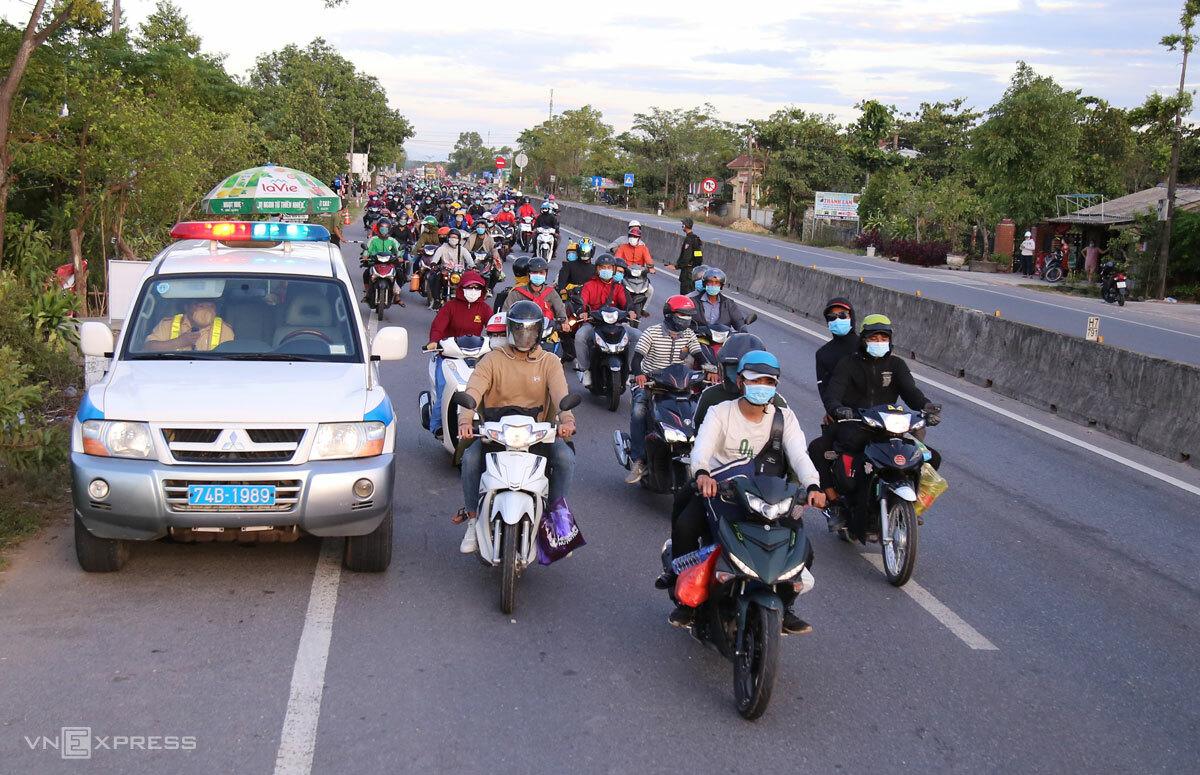 Người dân hồi hương đến địa phận Quảng Trị được cảnh sát giao thông dẫn đường hôm 31/7. Ảnh: Hoàng Táo