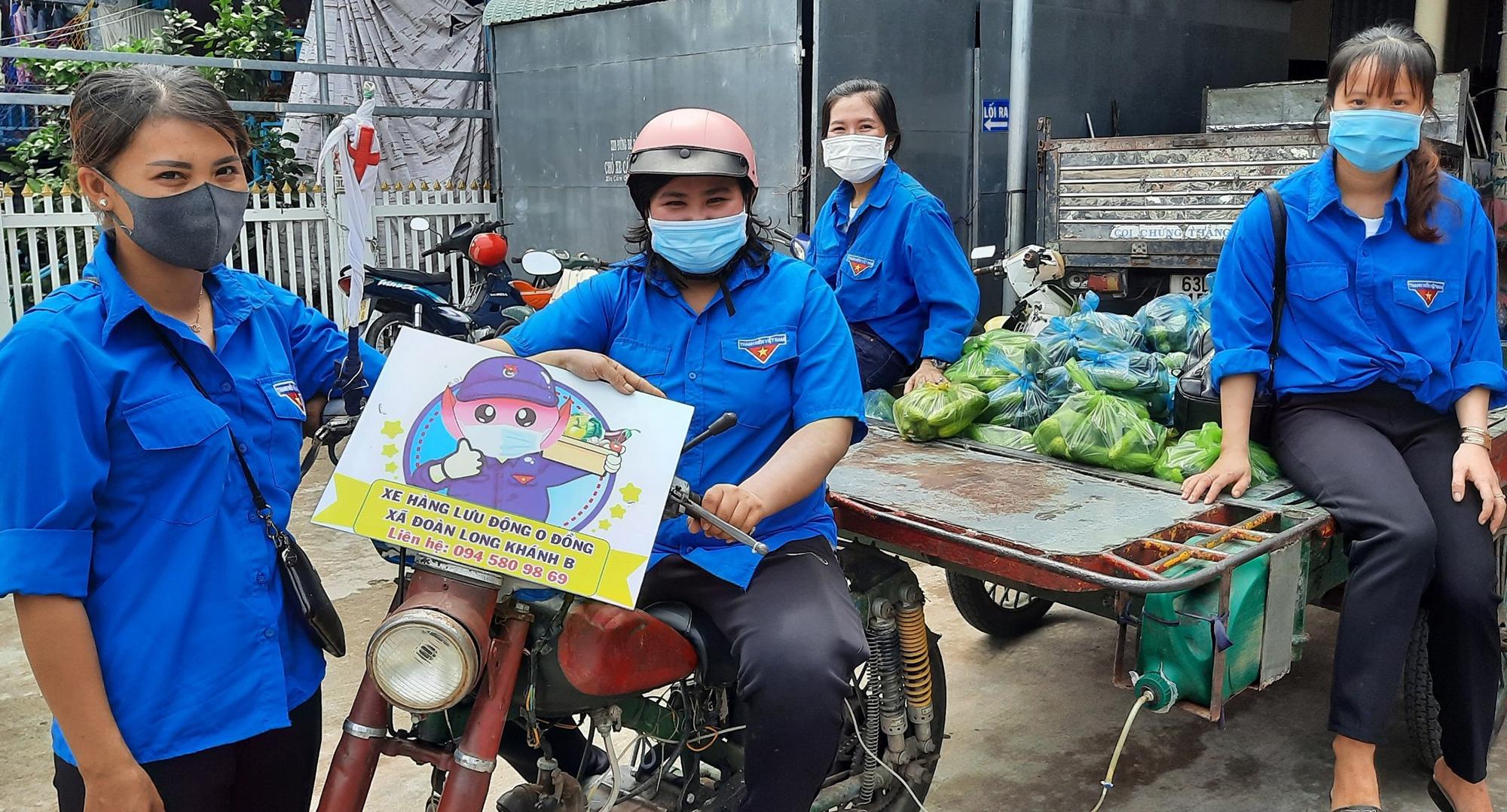Xe hàng 0 đồng gồm cá, rau củ giúp người dân trong những ngày giãn cách xã hội. Ảnh: Uyên Lê