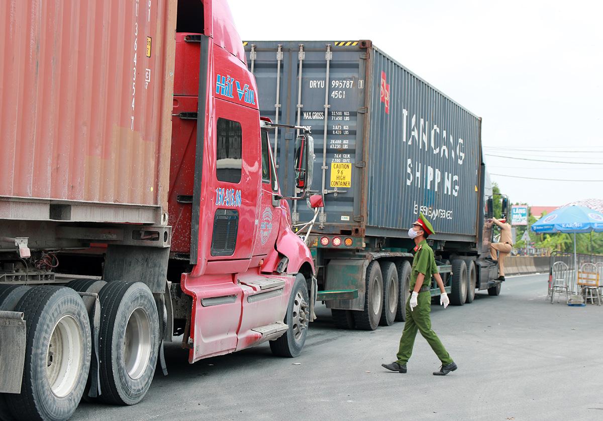 Các phương tiện lưu thông hướng từ Thái Bình vào Hải Phòng khi qua chốt kiểm soát dịch cầu Nghìn, huyện Vĩnh Bảo đều bị lực lượng làm nhiệm vụ tại chốt lên xe kiểm tra, phòng trường hợp lái xe cho người từ vùng dịch vào, trốn khai báo y tế. Ảnh; Giang Chinh