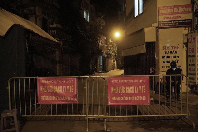 Ngõ 651 đường Minh Khai, quận Hai Bà Trưng bị phong tỏa tối 1/8 sau khi ghi nhận chuỗi ca nhiễm ở Công ty thực phẩm Thanh Nga. Ảnh:Tất Định.