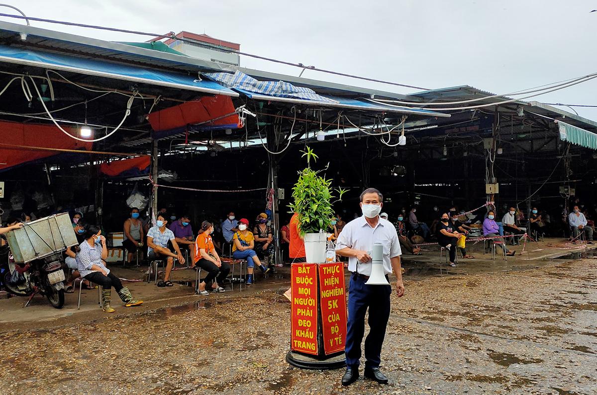 Chợ đầu mối Phùng Khoang, quận Nam Từ Liêm bị phong tỏa tạm thời sáng 1/8. Ảnh: Nguyễn Lụa.
