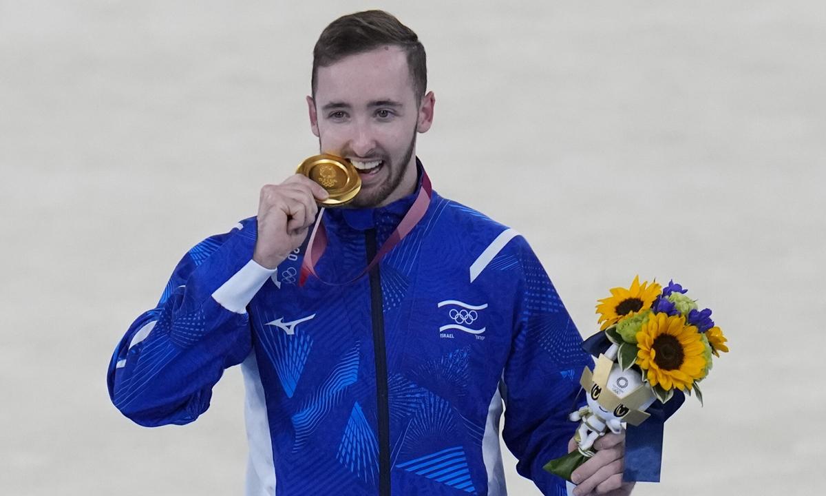 Artem Dolgopyat tạo dáng sau khi giành huy chương vàng môn thể dục dụng cụ nam tại Thế vận hội Olympic Tokyo hôm 1/8. Ảnh: AP.