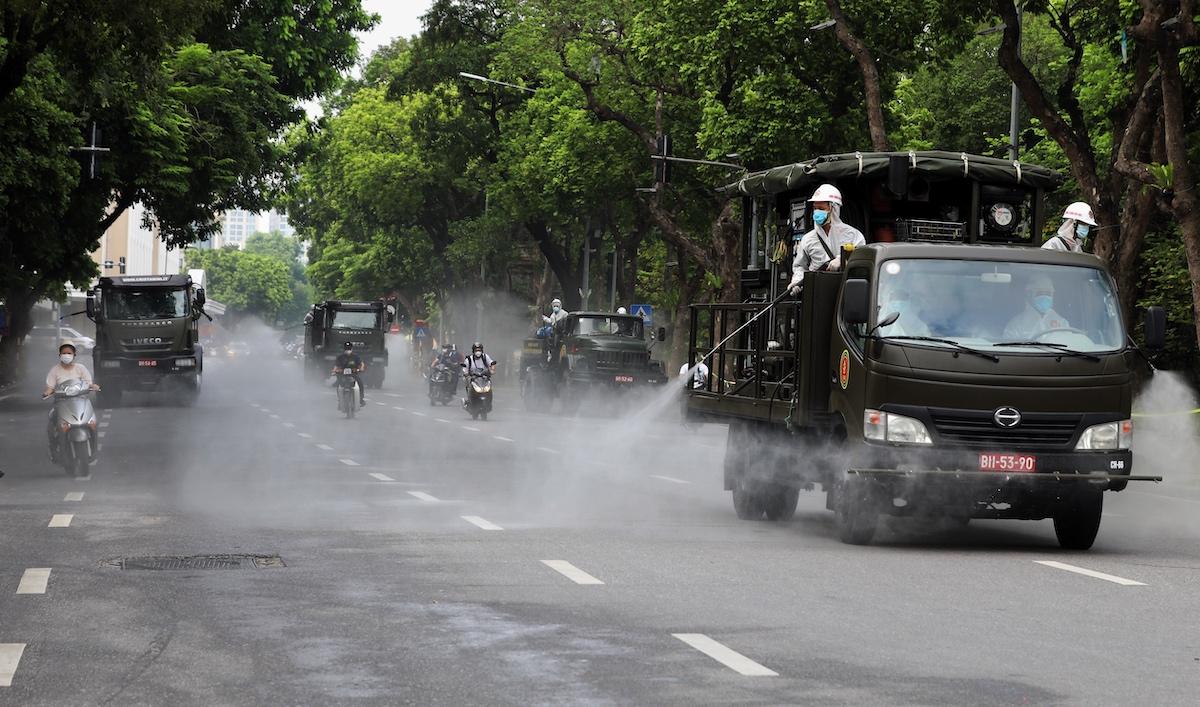 Phun khử khuẩn trên đường phố Hà Nội, tháng 7/2021. Ảnh: Giang Huy