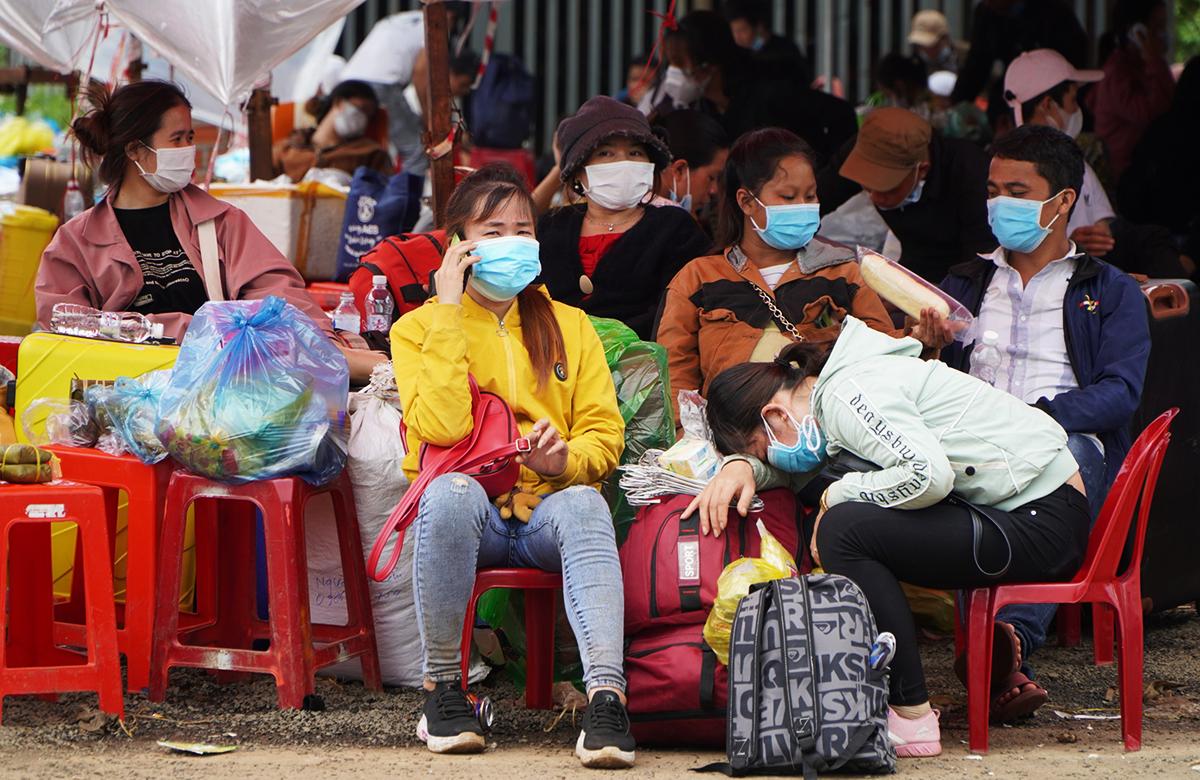 Người dân vật vờ tại chốt kiểm soát dịch cầu 110, huyện Chư Pưh, Gia Lai, trưa 2/8. Ảnh: Trần Hóa.