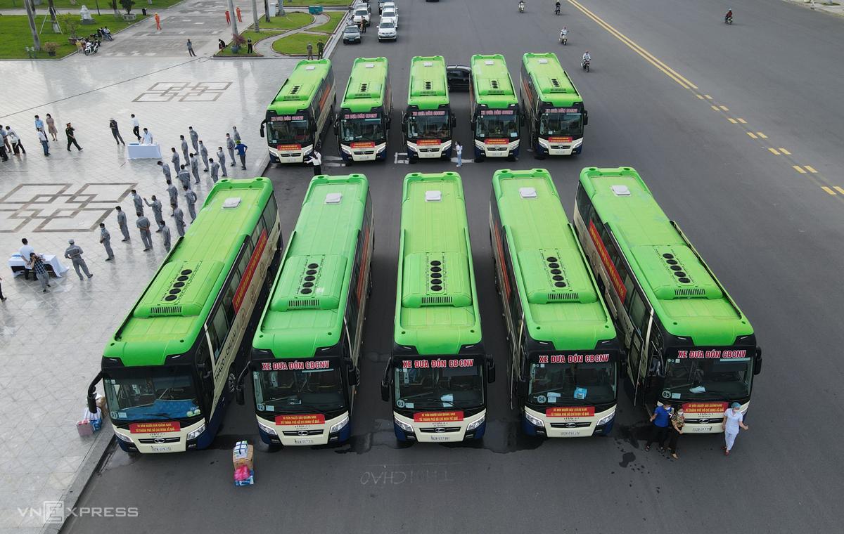 Ngoài máy bay, Quảng Nam dùng 10 xe ô tô liên tục đón người dân từ TP HCM về. Ảnh: Đắc Thành.