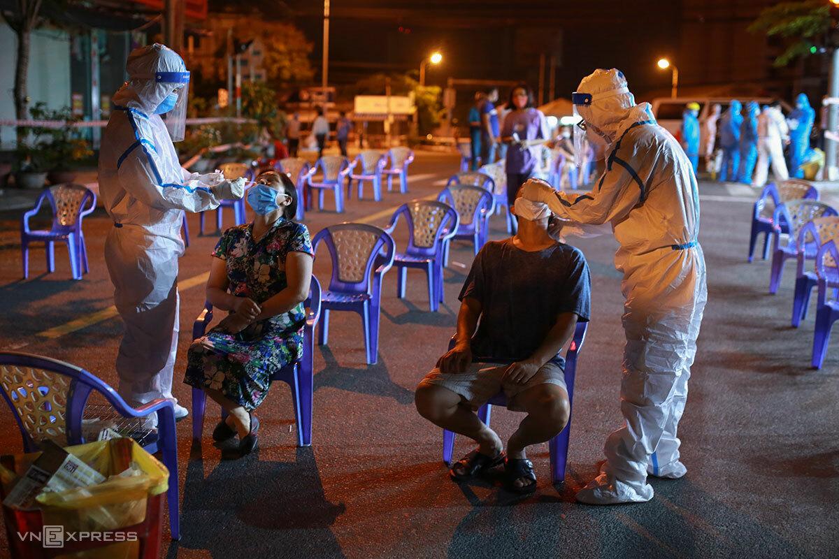 Đà Nẵng đã đi đầu trong lấy mẫu xét nghiệm gộp nhóm, trong ngày 2/8 đã có hơn 62.600 người được lấy mẫu. Ảnh: Nguyễn Đông.