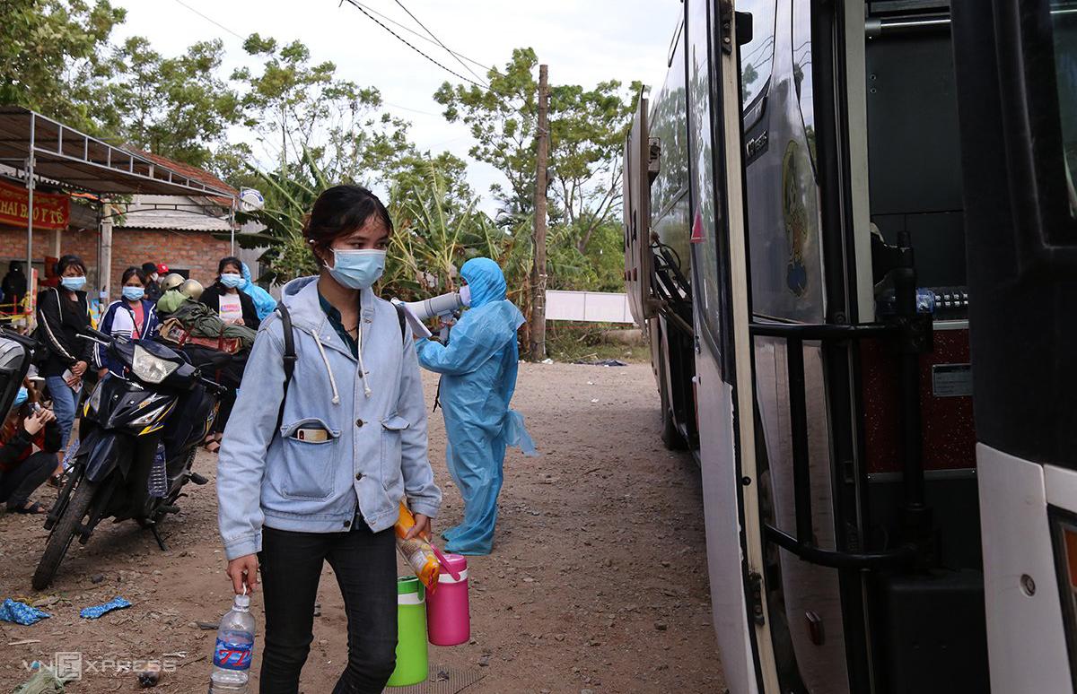 Người dân đi xe máy từ các tỉnh phía nam về được tỉnh Quảng Trị đưa đi cách ly tập trung, ngày 31/7. Ảnh: Hoàng Táo.