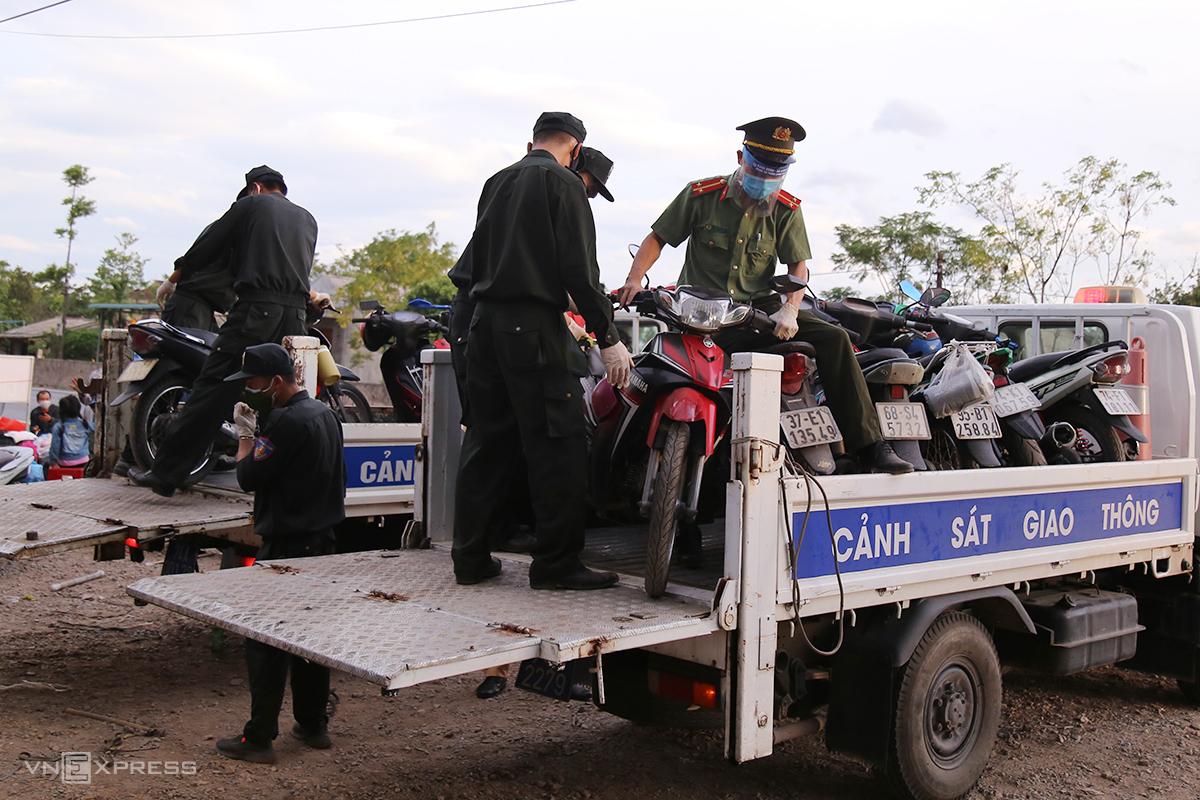 Công an Quảng Trị huy động đoàn viên di chuyển xe máy của người đi cách ly tập trung để lại tại bãi xe chốt kiểm soát y tế Hải Chánh (Hải Lăng, Quảng Trị) quá tải, để tiếp nhận xe mới. Ảnh: Hoàng Táo