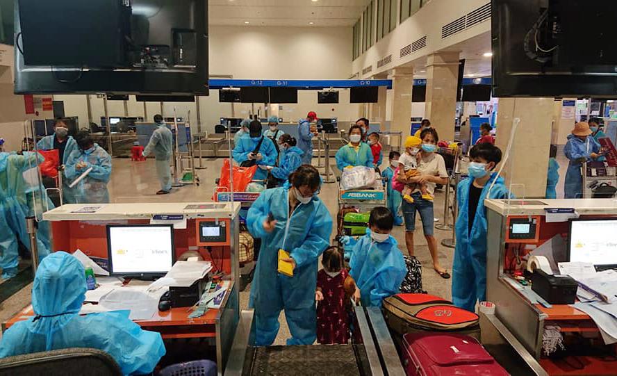 Người dân Quảng Nam làm thủ tục ở sân bay Tân Sân Nhất sáng 31/7 về quê. Ảnh: Mai Phúc.