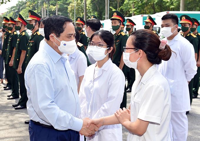 Thủ tướng động viên lực lượng cán bộ y tế tại lễ phát động tiêm vaccine Covid-19 toàn quốc, sáng 10/7. Ảnh: Nhật Bắc