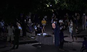 Dân Hà Nội xếp hàng chờ tiêm vaccine trong đêm