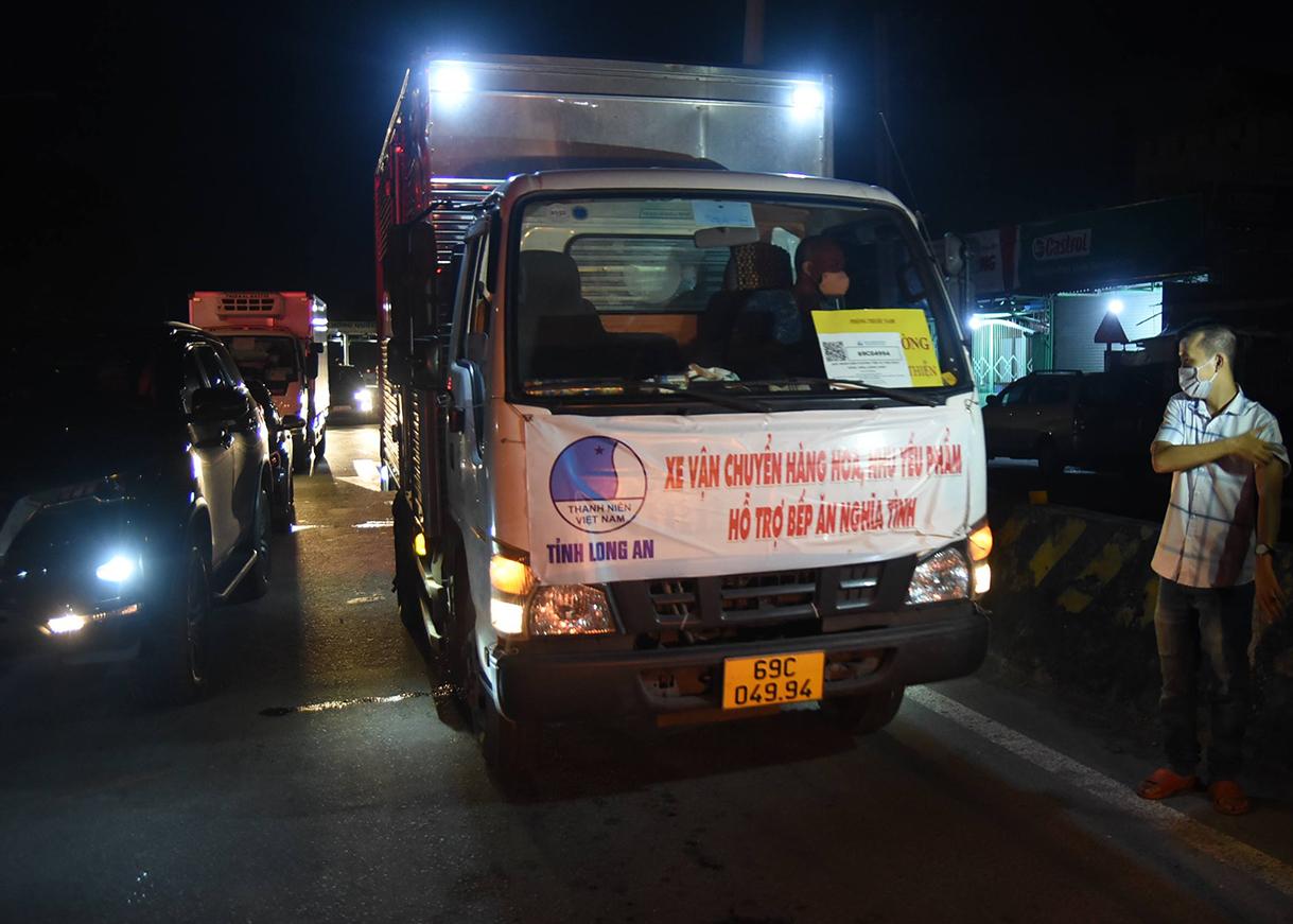 Xe chở hàng thiết yếu bị ảnh hưởng do ùn ứ trên quốc lộ 1K. Ảnh: Thái Hà