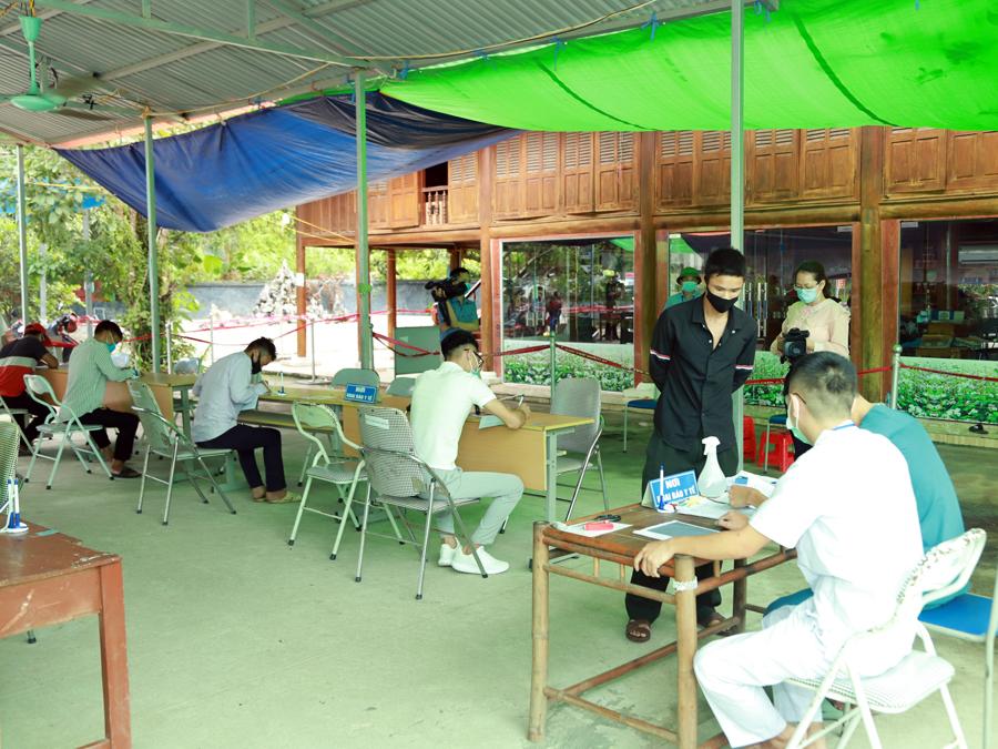 Khai báo y tế tại chốt kiểm dịch cầu Trì. Ảnh: Báo Hà Giang