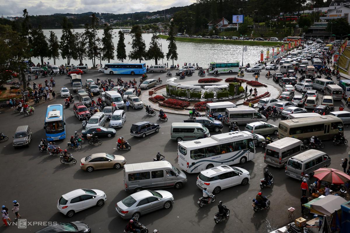 Ôtô ùn tắc trước vòng xoay Bưu Điện Đà Lạt dịp Tết Nguyên đán 2017. Ảnh: Thành Nguyễn