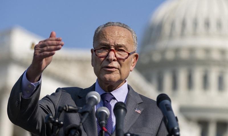 Lãnh đạo phe Dân chủ tại Thượng viện Chuck Schumer phát biểu trong cuộc họp báo bên ngoài tòa nhà quốc hội ở thủ đô Washington hôm 28/7. Ảnh: AFP.