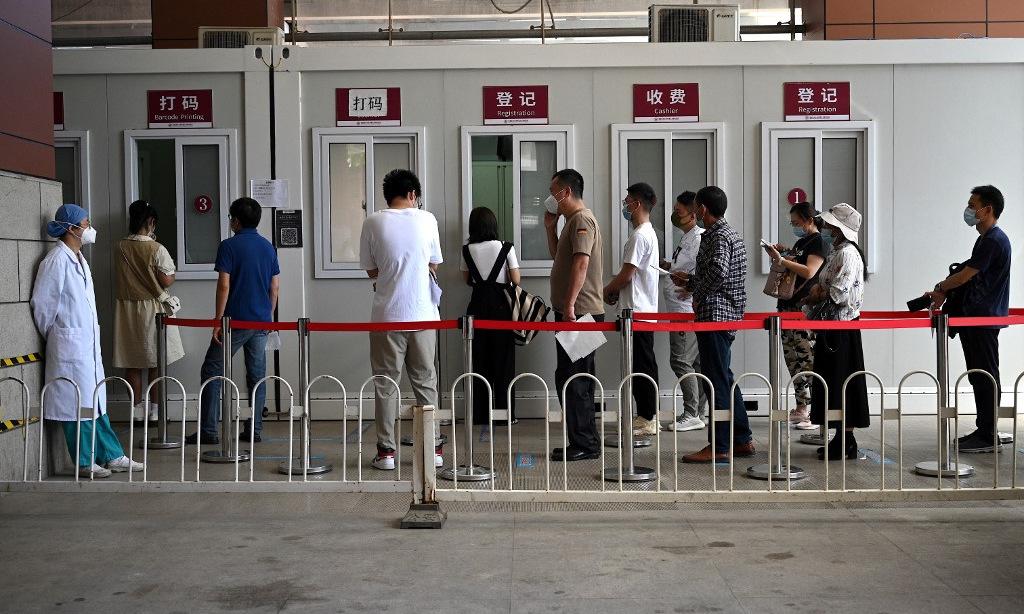Người dân đến xét nghiệm nCoV ở một bệnh viện tại Bắc Kinh hôm 2/8. Ảnh: AFP.