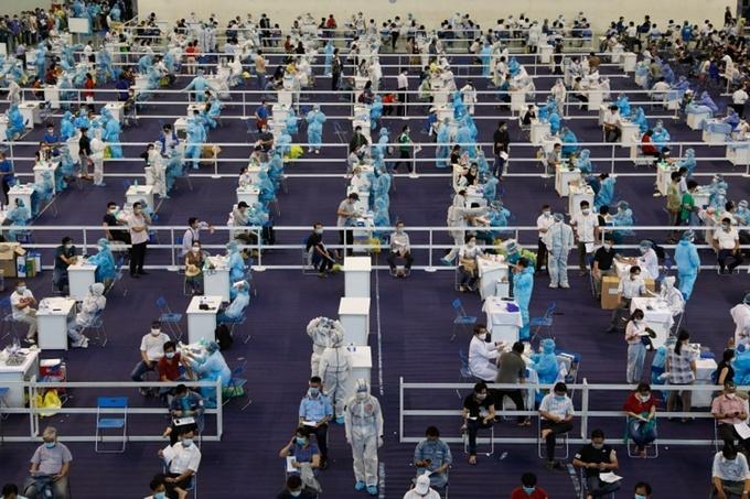 Người dân TP HCM tiêm vaccine Covid-19, ngày 24/6. Ảnh: Hữu Khoa