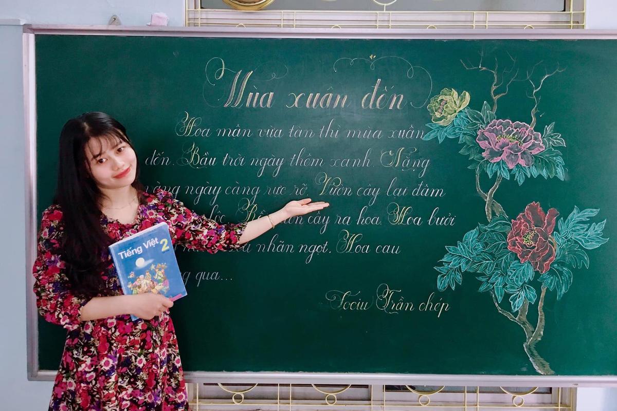 Cô giáo Trần Thị Mộng Lành, 28 tuổi, trường Tiểu học số 1 Vinh Thanh, Thừa Thiên Huế, vẽ tranh trên bảng. Ảnh: Mộng Lành