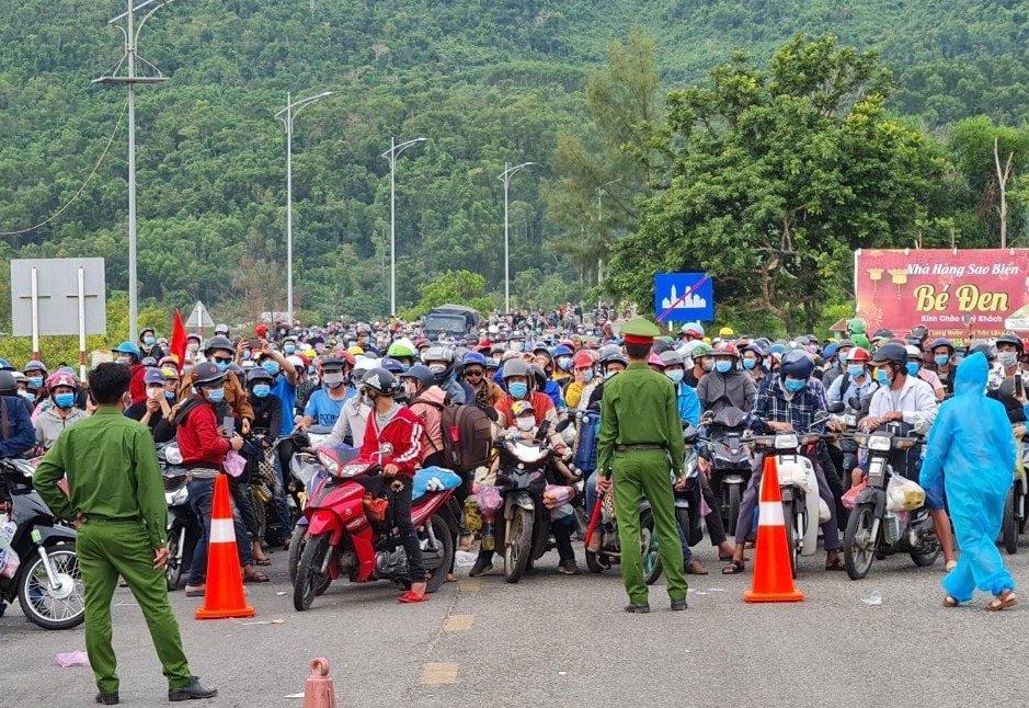 Người dân đi xe máy về quê ở chân đèo Hải Vân, Thừa Thiên Huế. Ảnh: Vạn An