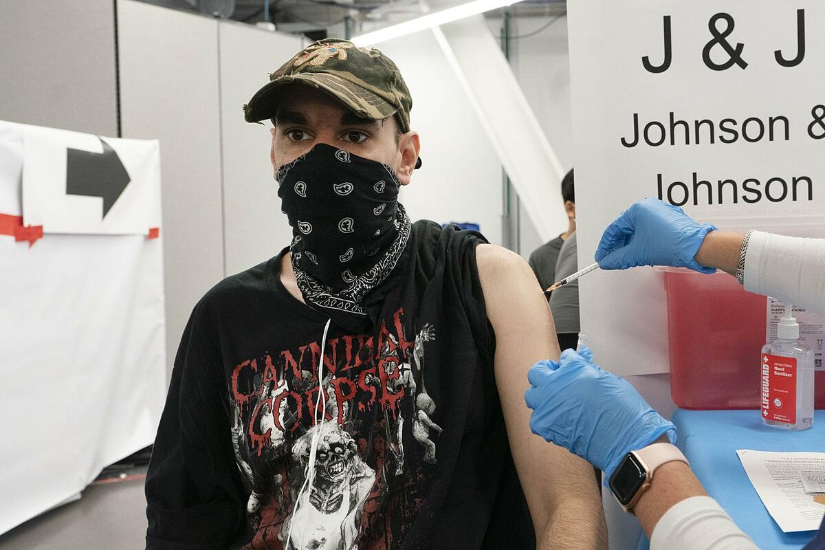 Jay Vojno tiêm vaccine Johnson & Johnson tại New York ngày 30/7. Ảnh: AP.
