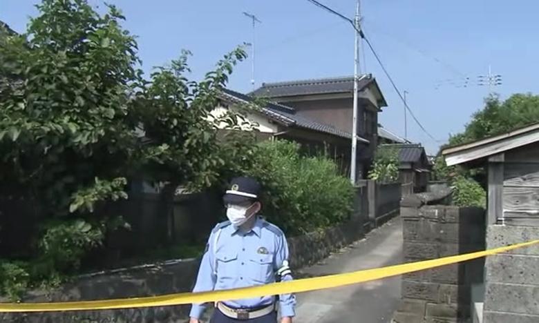 Cảnh sát Nhật chăng dây, đứng gác bên ngoài ngôi nhà có đôi nam nữ người Việt tử vong. Ảnh: NHK.