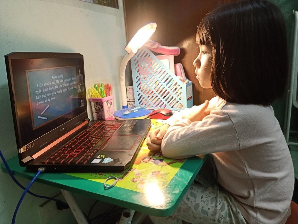 Học sinh học online, sử dụng internet trong thời gian tạm dừng đến trường vì Covid-19. Ảnh: Thanh Hằng
