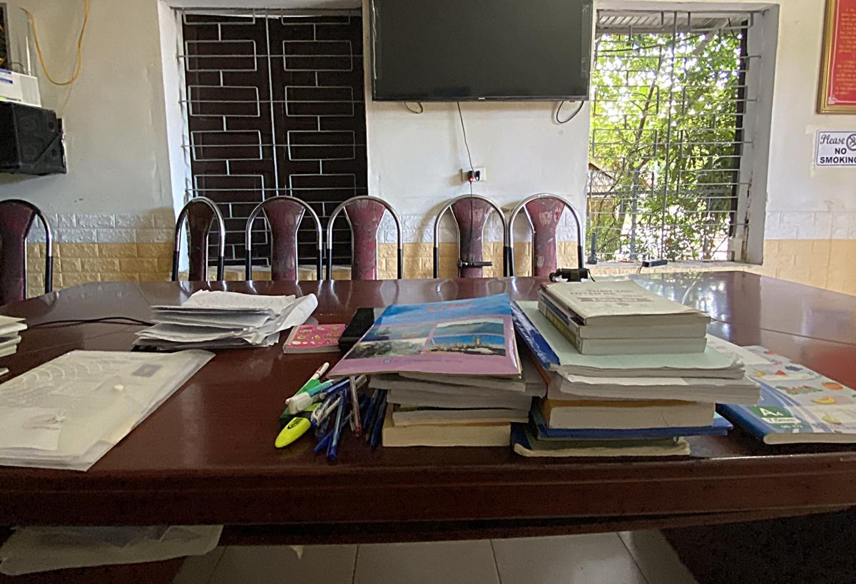 Sách vở ôn thi của Huy chất đầy trong phòng họp ở đơn vị. Ảnh: Nhân vật cung cấp