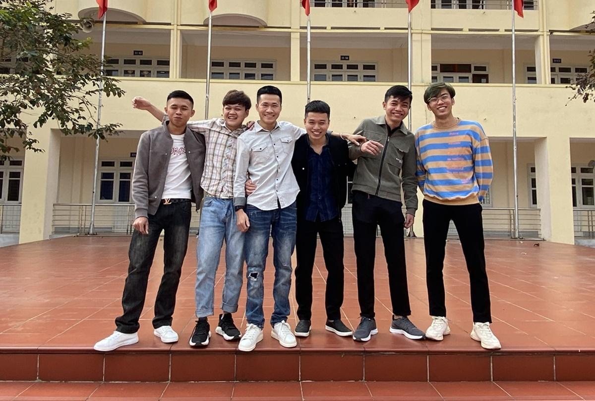 Huy (thứ ba từ trái sang) cùng bạn bè. Ảnh: Nhân vật cung cấp