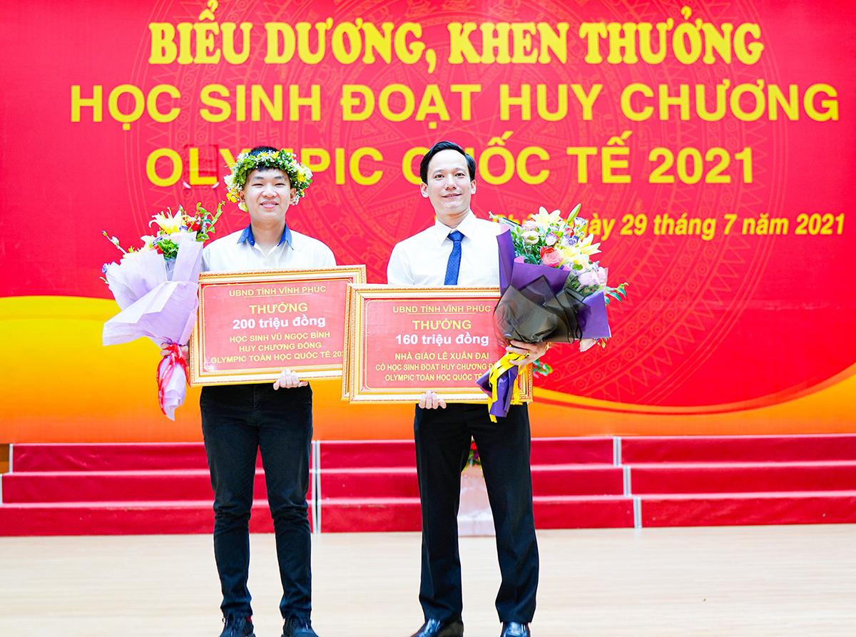 Bình và thầy Đại trong buổi lễ biểu dương, khen thưởng do UBND tỉnh Vĩnh Phúc tổ chức cuối tháng 7. Ảnh: Nhân vật cung cấp.
