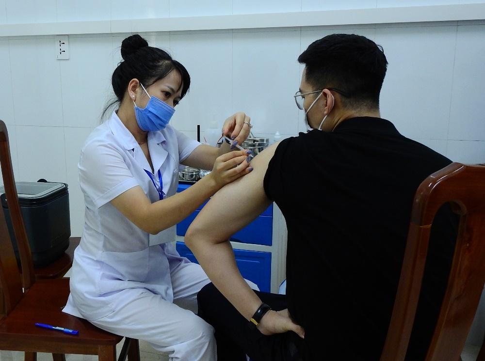 Người dân tiêm vaccine Moderna chiều 2/8 tại điểm tiêm Bệnh viện y dược cổ truyền Quảng Ninh. Ảnh: Minh Cương