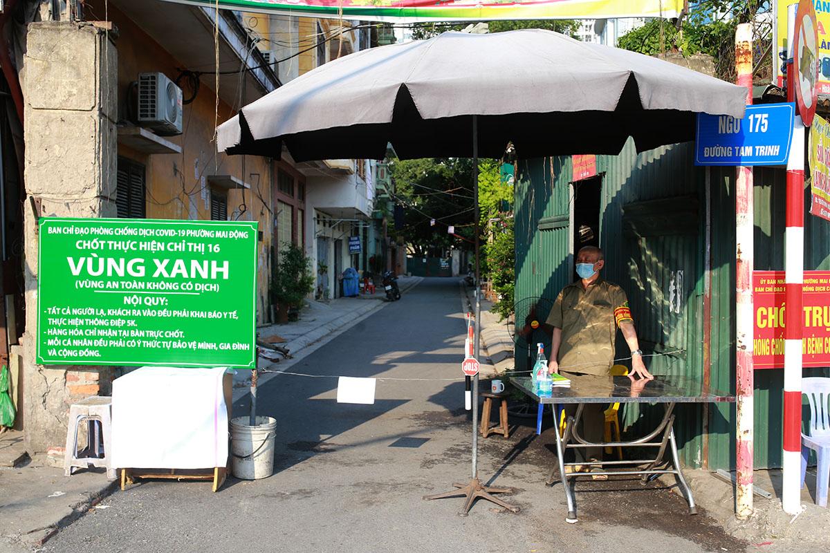 Chốt vùng xanh ở ngõ 175 đường Tam Trinh, phường Mai Động, quận Hoàng Mai chiều 3/8. Ảnh: Tất Định.