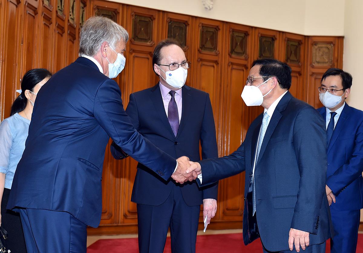 Thủ tướng Phạm Minh Chính tiếp Đại sứ Nga Bezdetko (giữa) và ông Mikhelson, Chủ tịch Hội đồng Quản trị Tập đoàn Novatek, chiều 3/8. Ảnh: Nhật Bắc