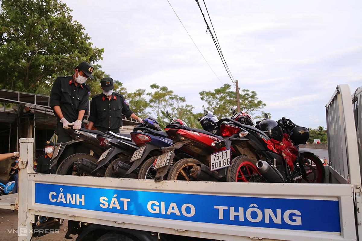Đoàn viên công an giúp di chuyển các xe máy này về bảo quản, đảm bảo an toàn, không hư hỏng cho người đi cách ly. Ảnh: Hoàng Táo