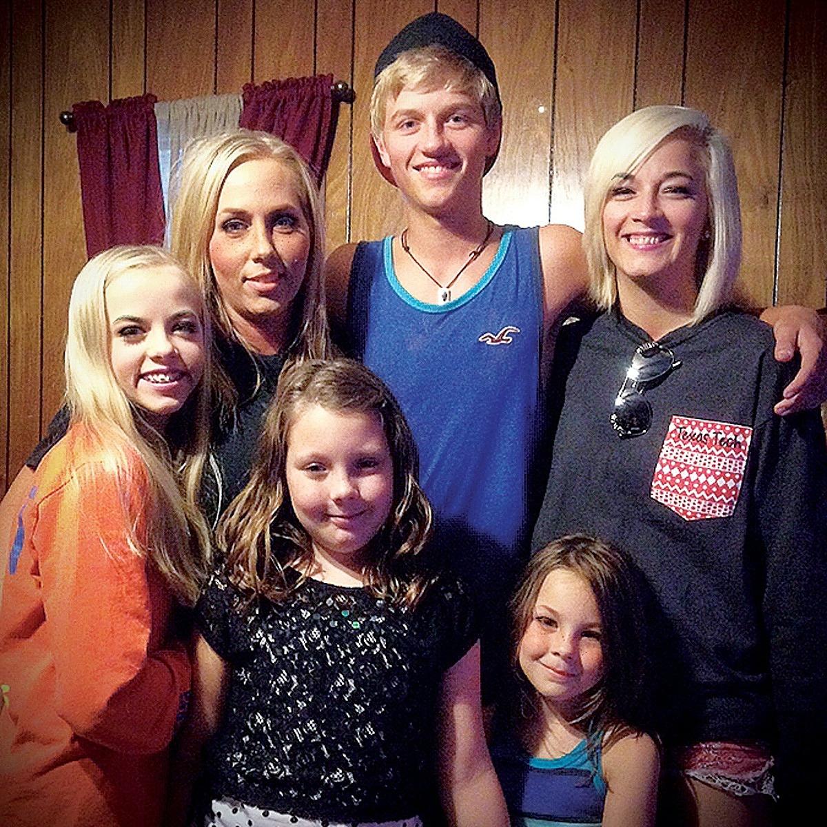 Haile Beasley (ngoài cùng bên phải) cùng mẹ và các em. Ảnh: Texas Monthly
