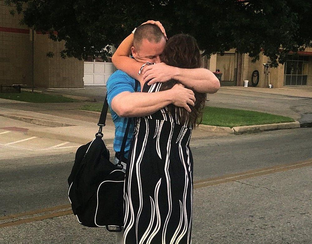 Vợ chồng James Fulton ôm hôn nhau trong ngày James được tại ngoại, tháng 8/2019. Ảnh: Texas Monthly