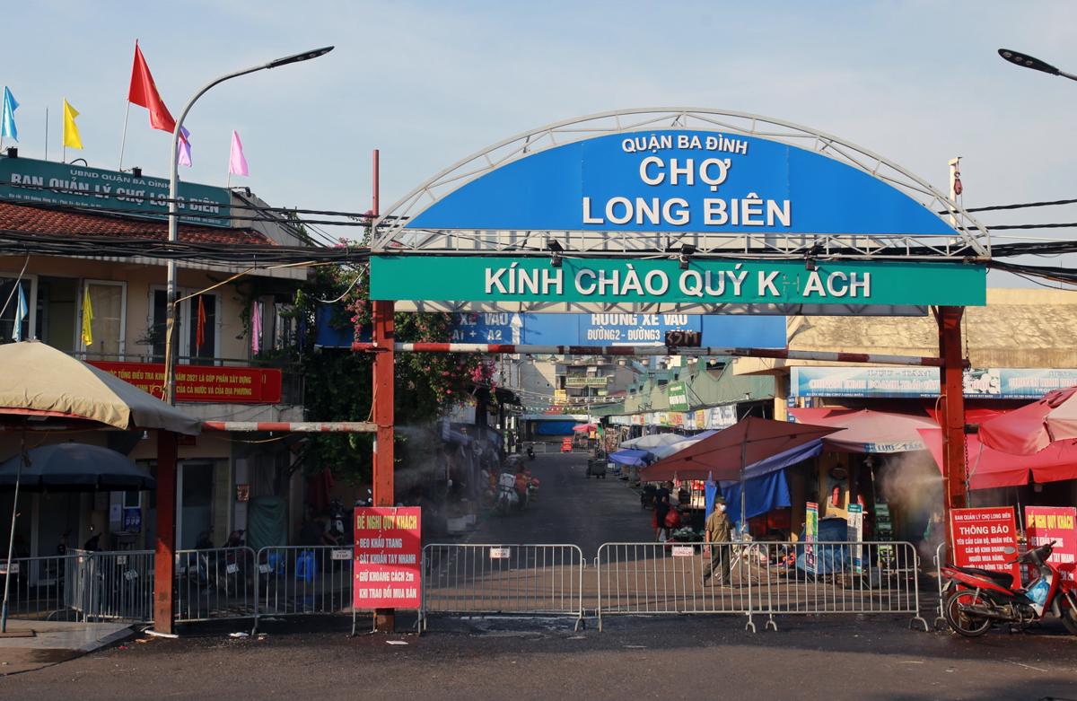 Chợ Long Biên được dựng rào, chăng dây cách ly y tế từ chiều 3/8. Ảnh: Tất Định.
