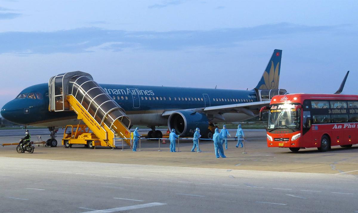 Xe khách được bố trí vào gần nơi máy bay hạ cánh để đón công dân đưa đi cách ly. Ảnh: Hải Bình