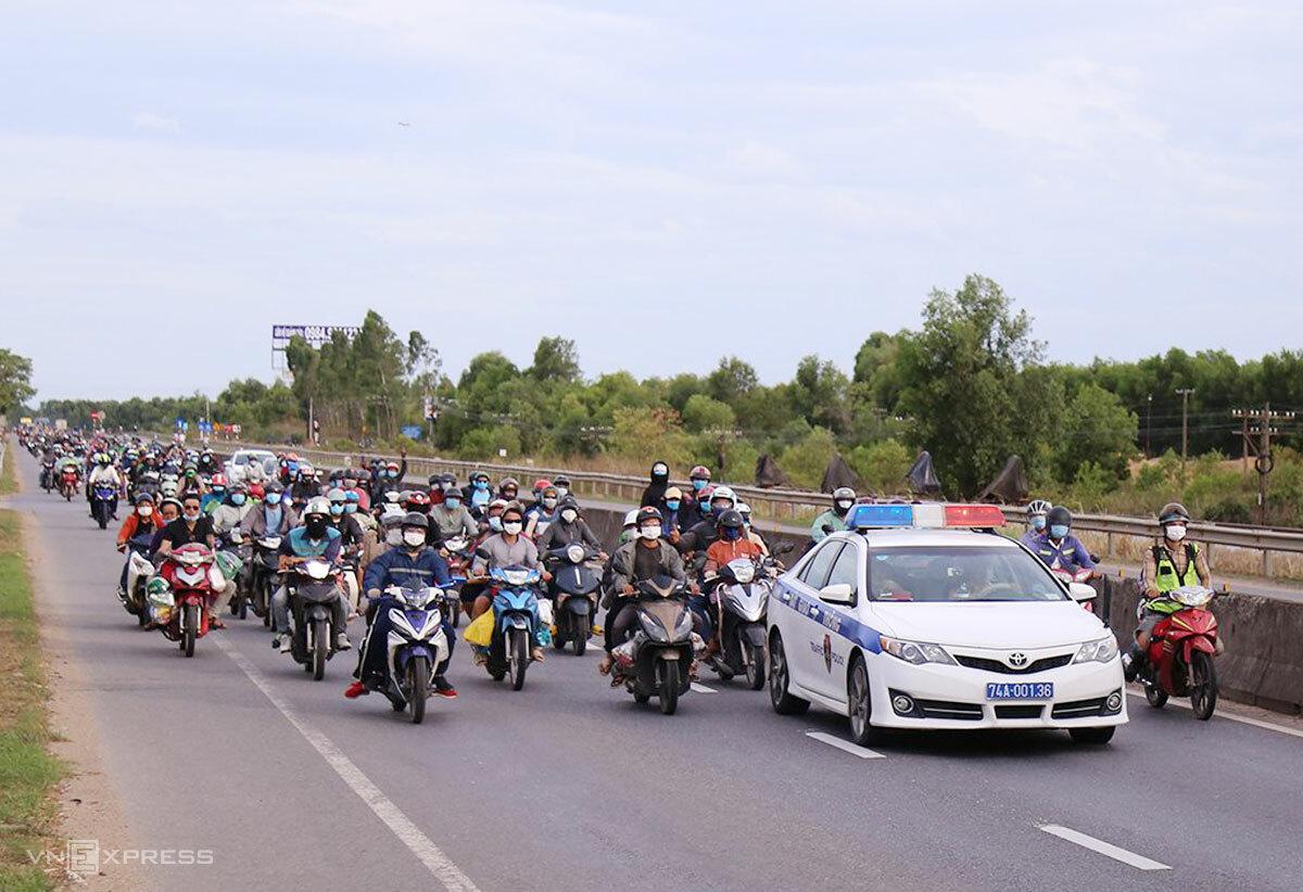 Đoàn lao động đi xe máy về quê được CSGT Quảng Trị hộ tống qua địa phận trên Quốc lộ 1A, chiều 2/8. Ảnh: Hoàng Táo