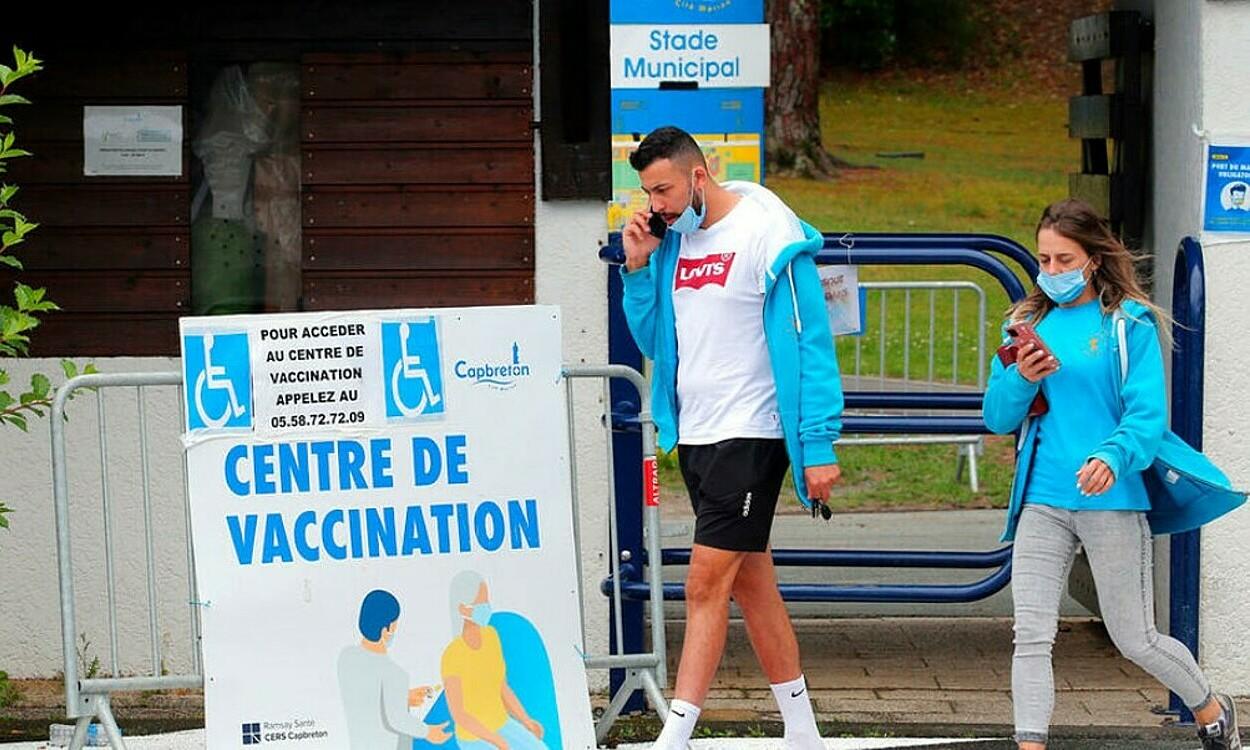 Người dân rời trung tâm tiêm chủng Covid-19 tại Capbreton, vùng Landes, phía tây nam nước Pháp vào ngày 24/6. Ảnh: AP.