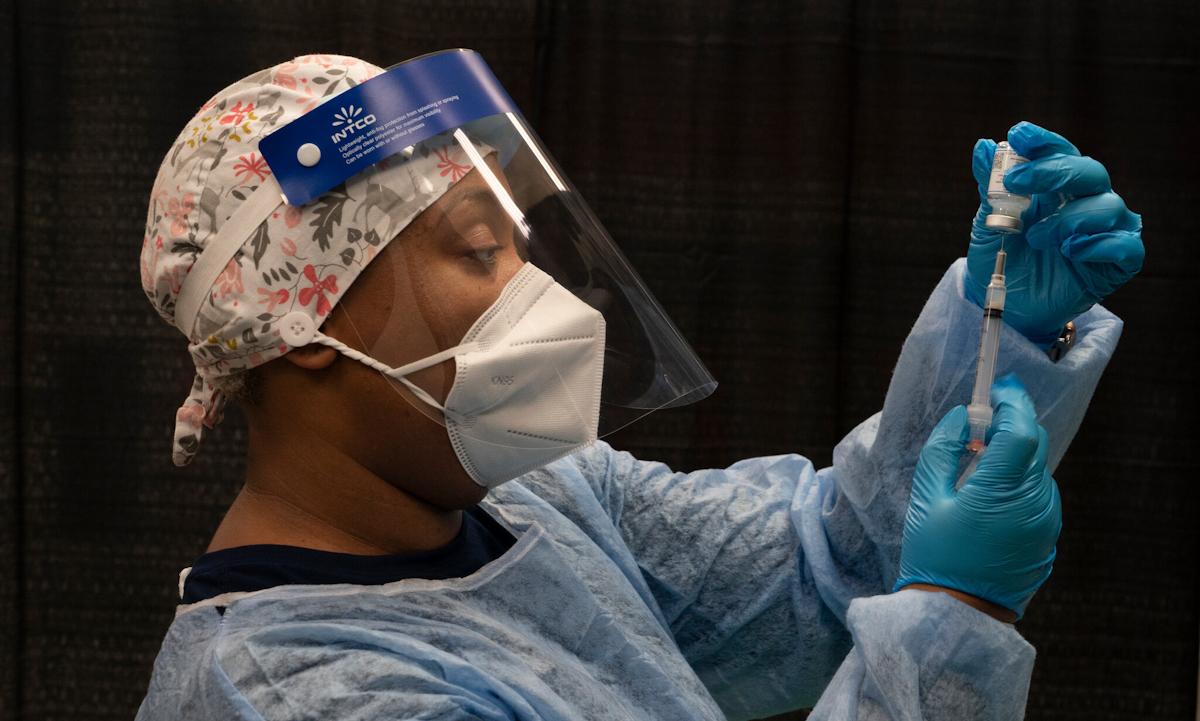 Một y tá chuẩn bị mũi tiêm vaccine Covid-19 tại West Orange, bang New Jersey hồi tháng 4. Ảnh: NYTimes.