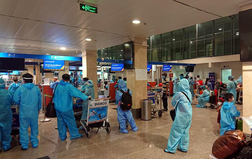 Người dân Quảng Nam làm thủ tục ở sân bay Tân Sân Nhất sáng 31/7. Ảnh:Mai Phúc.