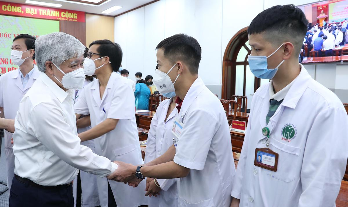Chủ tịch Ủy ban Trung ương MTTQ Việt Nam Đỗ Văn Chiến bắt tay cảm ơn các y, bác sỹ tại cuộc gặp mặt chiều 4/8. Ảnh: Hoàng Phong